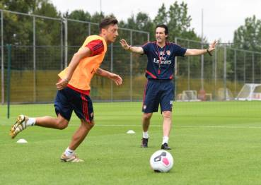 ST ALBANS, ENGLAND - JULY 06: (L-R) Mesut Ozil and Arsenal Head Coach Unai Emery during a training session at London Colney on July 06, 2019 in St Albans, England. (Photo by Stuart MacFarlane/Arsenal FC via Getty Images)