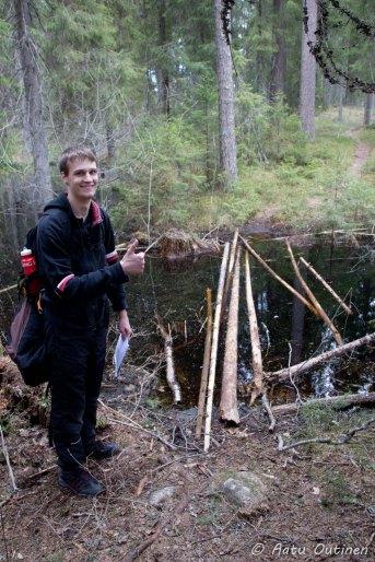 Jo alkuvaiheessa tullut ainoa extreme-osuus Hautjärven läntisellä puolella, johon vihreät tassunjäljet johdattivat. Pitkän pohdinnan ja virittelyn jälkeen päästiin kuitenkin yli ja kastumatta. Kuvassa olleet puunpätkät eivät siis kestäneet kävelemistä, vaan tuotiin veteen isompi puu ja käveltiin sitä pitkin. Pysyttiin pystyssä käyttämällä ohuita puita sauvoina.