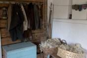 Vanhoja vaatteita ja lampaanvillaa.