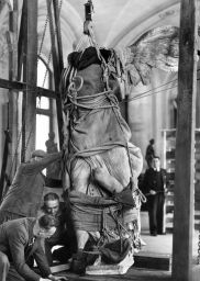 VItoria Samotrace being removed from the Louvre Museum for its protection