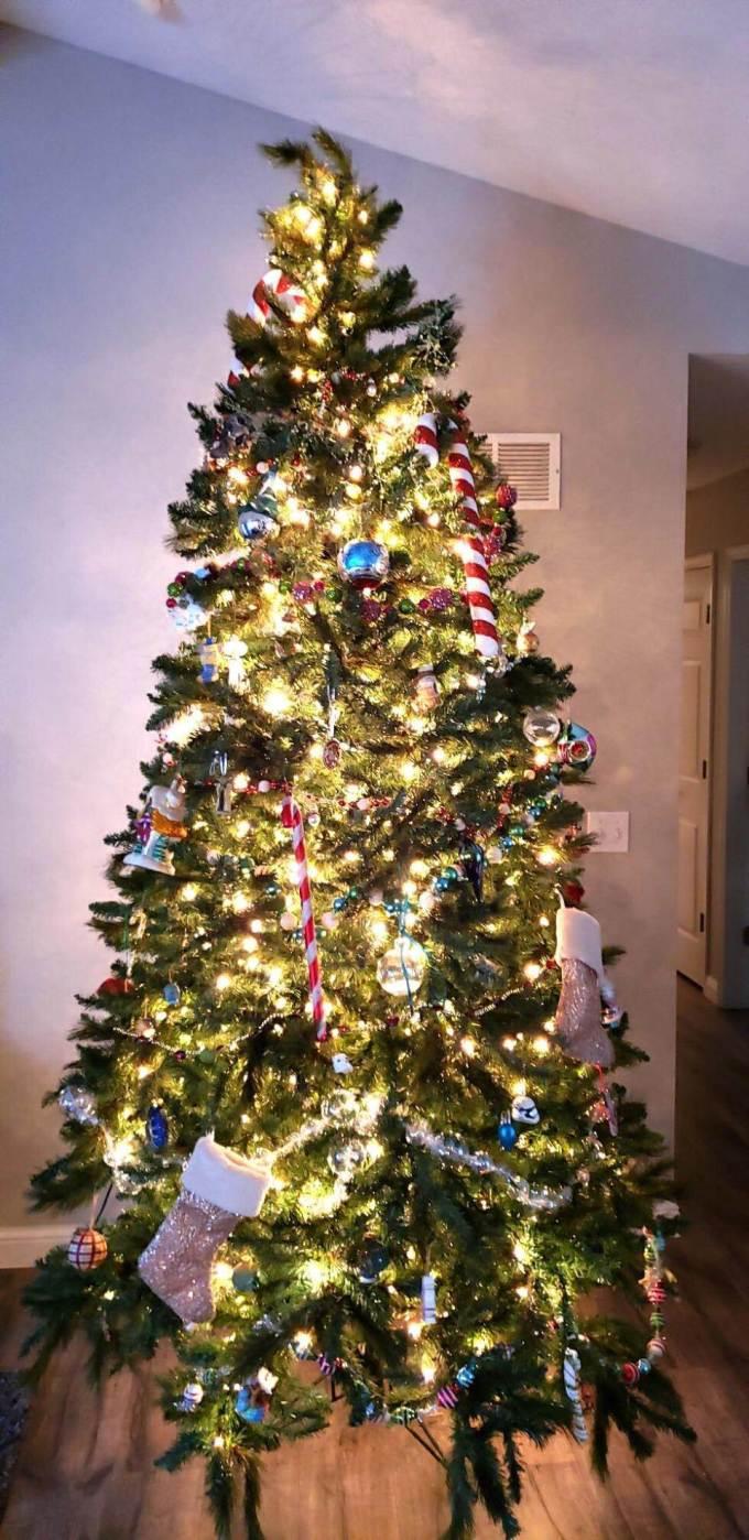 0d86b5fd6b9a83a Забавная загадка с нарядной новогодней ёлкой развеселила многих  пользователей Сети. Фотография впервые появилась в социальной сети Twitter.