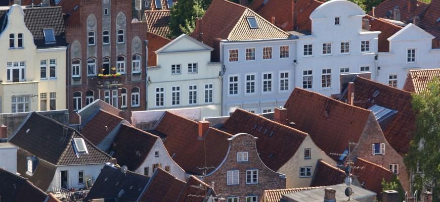 Парапет фронтонов на домах в Любеке, Германия.