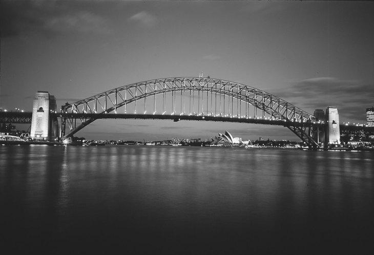 Мост Харбор-Бридж в Сиднее, 495-метровая (1650-футовая) стальная арка, соединяющая Сидней и Северный Сидней, Новый Южный Уэльс, Австралия.