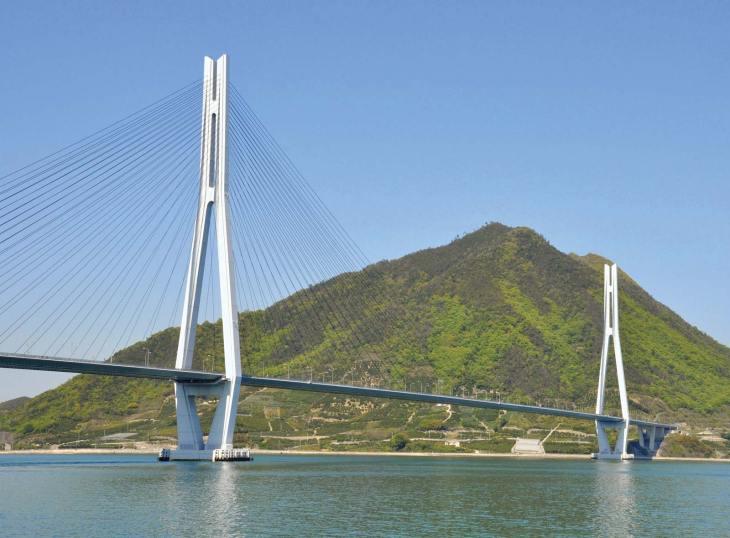 Мост Татара, соединяющий острова Оми и Икути во Внутреннем море, Япония, был завершен в 1999 году.