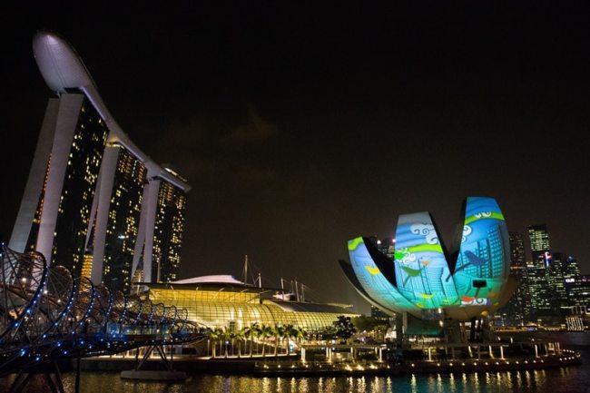 Les projecteurs Panasonic diffusent des images lumineuses sur d'énormes pétales de lotus flottant sur Marina Bay