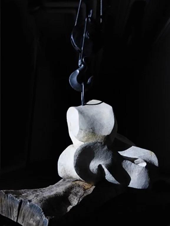 L'instant éternel 4 - Sculpture en Calcaire de Lacoste, bois d'olivier et fonte - Carole Kohler (c)