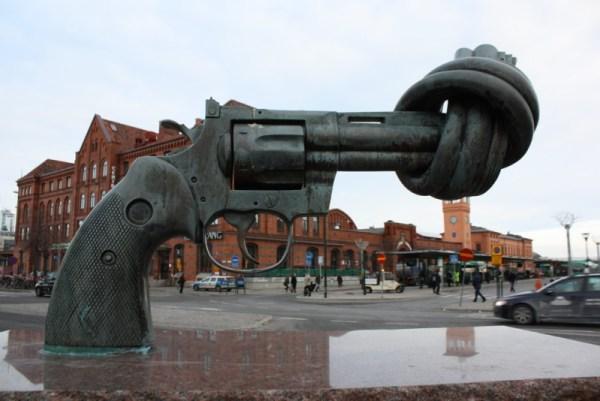 Пистолет, завязанный узлом