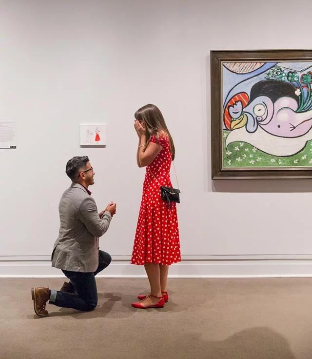 Парень сделал предложение своей возлюбленной в музее Метрополитене