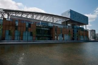 Centro commerciale e sullo sfondo edifici o cilindrico del Giornale Le Progrèspo