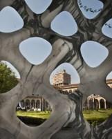 Milano - Torre Velasca dietro Marmomac di Raffaello Galiotto nel cortile d'onore dell'Università Statale