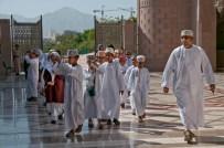 Una scolaresca in visita alla Grande Moschea di Muscat