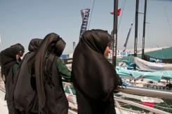 Ragazze che guardano le barche da regata