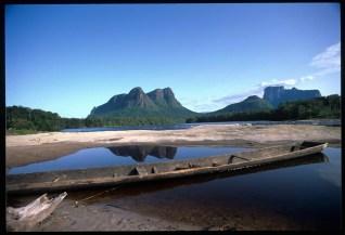 Il Monte sacro agli Indios Autana si riflette in una pozza d'acqua di un villaggio