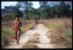 Indios Colorados che si spostano da un villaggio all'altro in Amazzonia