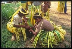 Uomini Makiritari che indossano gonne e copricapi di paglia per dare inizio alla festa della caccia che durerà giorni fino a che le foglie saranno secche