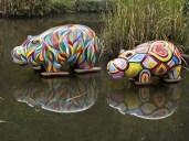 Ippopotami dipinti nel laghetto delle carpe