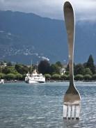 La forchetta, emblema dell'Alimentarium nel lago di Ginevra