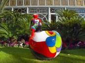 Una scultura di Déesse nel giardino