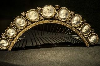 Diadema con figurine in avorio intarsiato