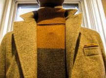 Particolare di giacca e maglione bicolore