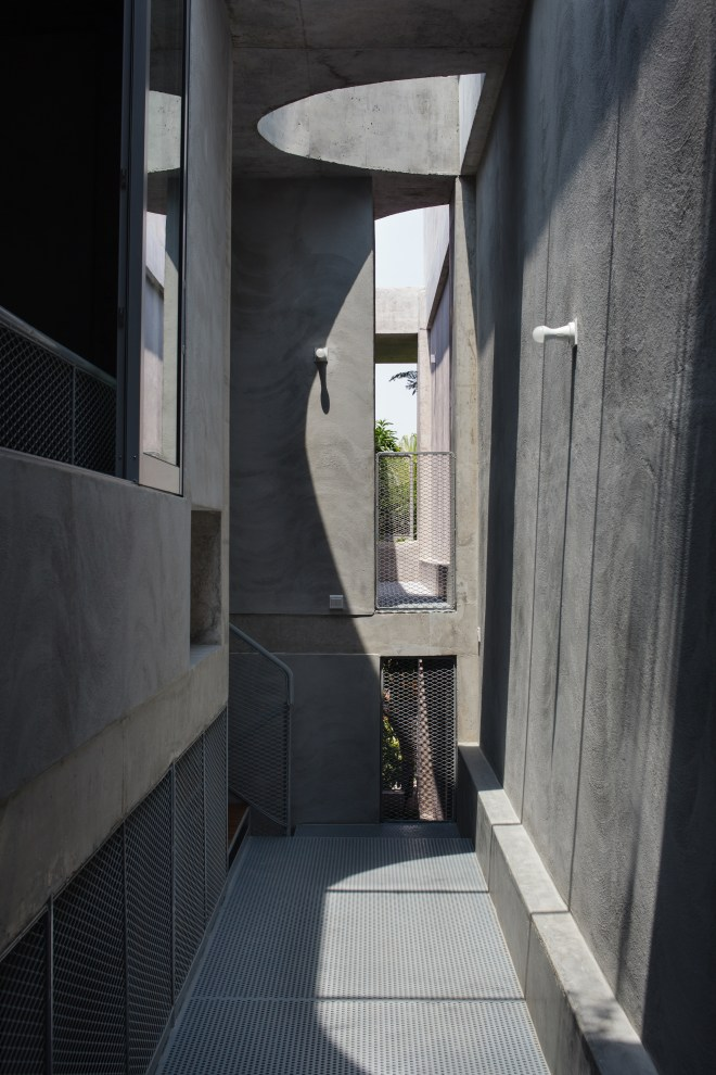 House with Mango Trees, along the corridor, Image courtesy of Linghao Architects
