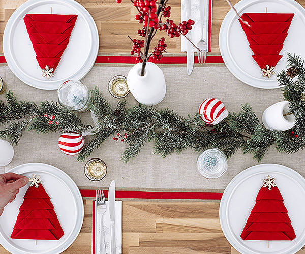 Red & White Christmas Table Setting