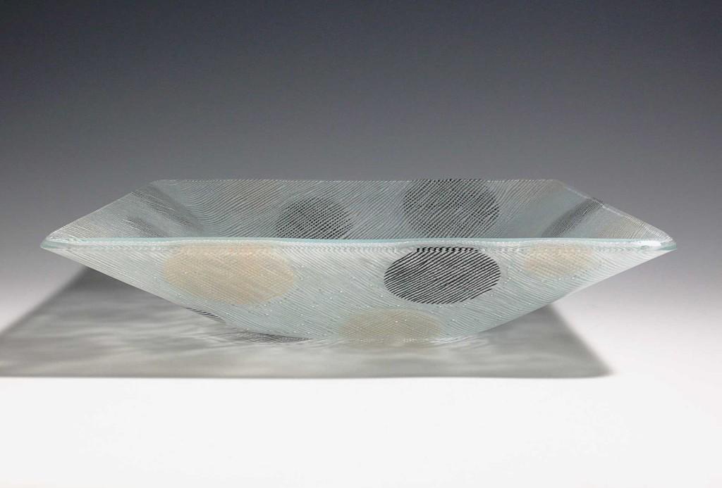 Schale, 2010. Glas, Email, 9 × 38 × 38 cm.
