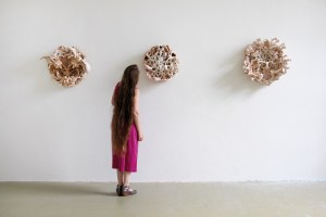 2015, glasierte Keramik,Hängung: 310 cm x 75 cm x 35 cm - glazed ceramic, hanging: 122'' x 29,5'' x 13,8''