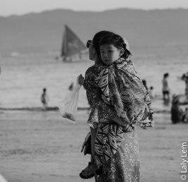 Le soleil se couche sur l'île de Boracay. Place au ballet des promeneurs. En prenant quelques photos, je m'attarde sur le doux visage de cette petite fille.