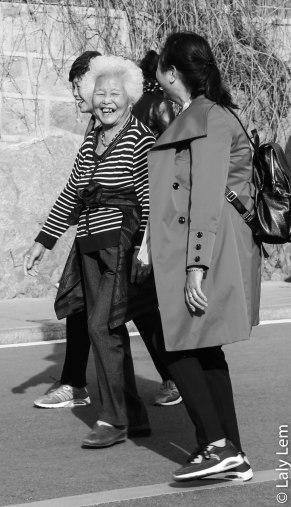 Une mère chinoise accompagnée de sa fille reviennent enchantées de leur visite de la grande muraille de Chine.