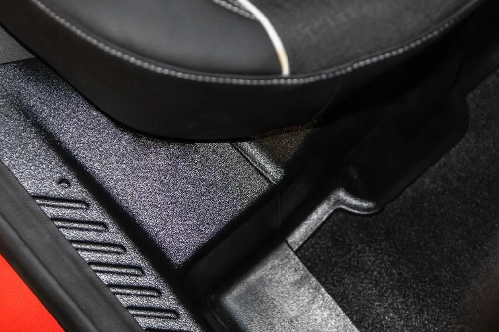 Накладки, авточехлы и водостоки: всё для Renault Arkana