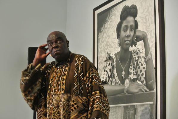 Gabriel Kinsa, le conteur devant une photographie de Seydou Keita.Crédit photo : Claire Nini