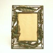 Titre: PENNY, cadre en métal ouvragé, repeint effet vert de gris sur bronze