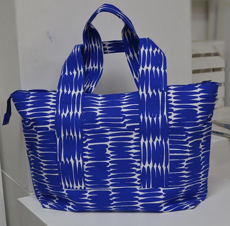 4d54991f3 O tecido da bolsa é do conhecido Kokka, estilista Japonês que arrasa nas  suas padronagens e nos modelos que cria ou sugere. Esta bolsa fica muito  bonita ...