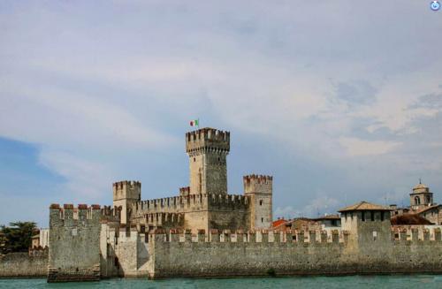 Castello sul lago