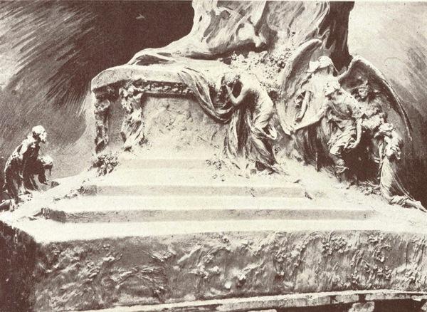 """Fotograbado de fragmento del prototipo del monumento –probablemente de yeso- en el estudio de Querol en la calle del Cisne. Cuando en 1.910 se publicó esta imagen en """"Querol, Monografías de Arte"""", -Rodolfo Gil, Sáenz de Jubea Hermanos, Editores- hacia pocos meses que el escultor había fallecido."""