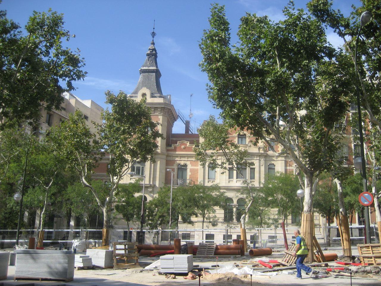 Obras en el centro de la plaza, al fondo el antiguo Palacio.