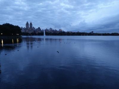 Anochece en Manhatan y lo vemos desde el gran lago de Central Park