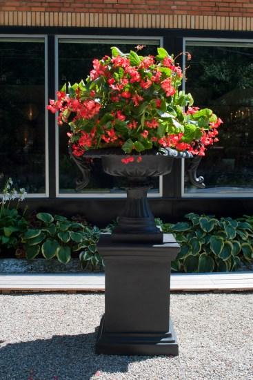 chelsea urn on large modern pedestal_worrell