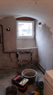 halbgeputzte Wand - mit Kalkinnenputz - aufgezogen mit einer Glättkelle - zuvor die Wände unbedingt befeuchten