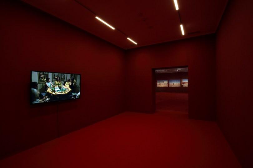 "unsthalle Krems, Ausstellung ""Teresa Margolles. En la Herida"", im Vordergrund: Video ""Póker de Damas"", 2016, Foto: Christian Redtenbacher"