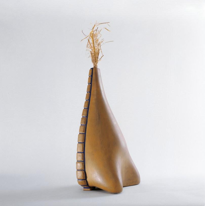Surrealistinnen, Meret Oppenheim, Urzeit-Venus, 1962 (1933), bemalte Terracotta, glasiertes Stroh, 64 x 26,5 x 20 cm, © Kunstmuseum Solothurn / VG Bild-Kunst, Bonn 2020