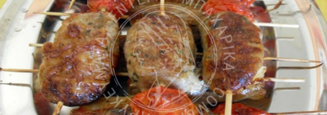 Σουβλάκια με αρνίσια συκωταριά τυλιγμένη σε μπόλια
