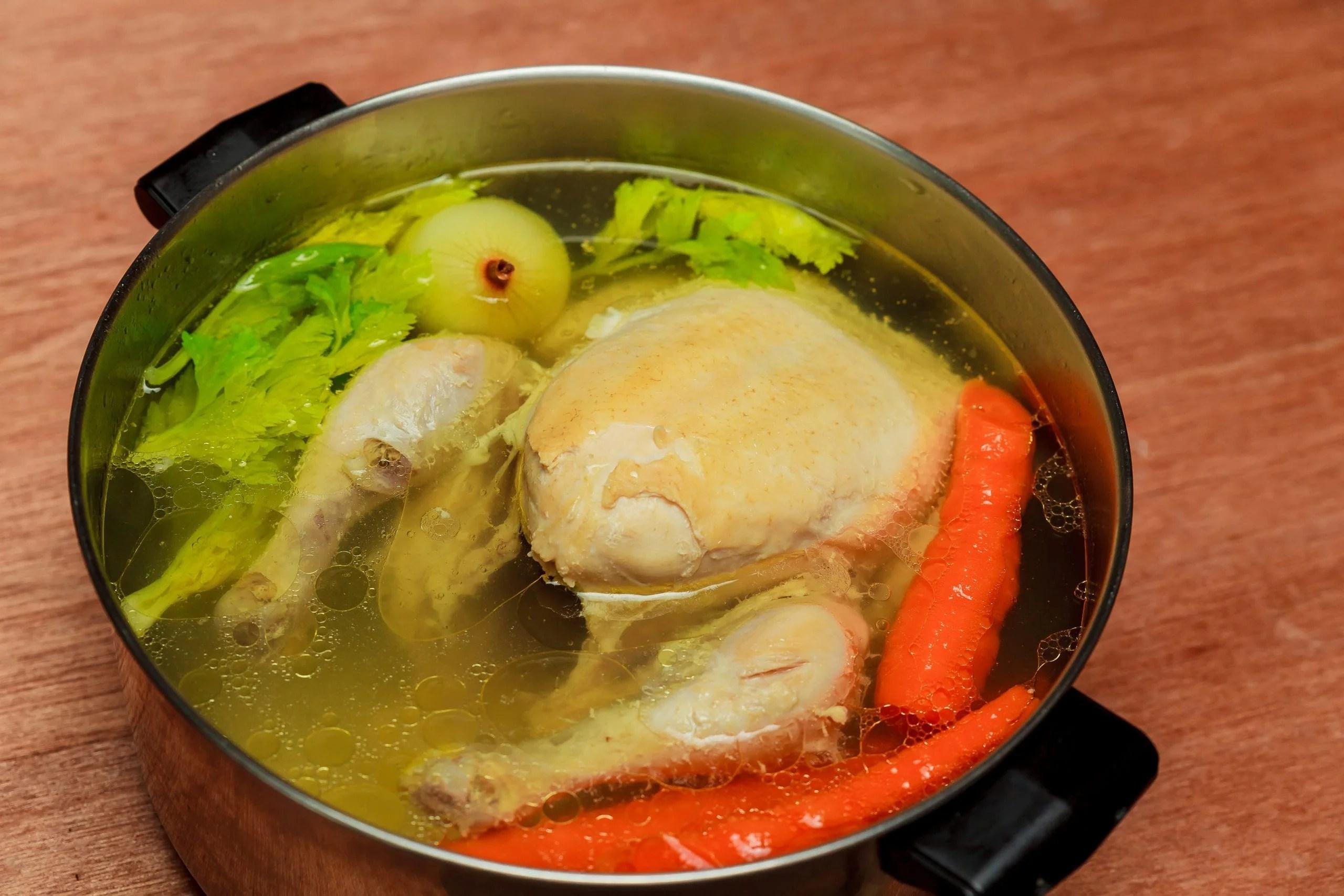 I make chicken broth soup Pot dish of chicken