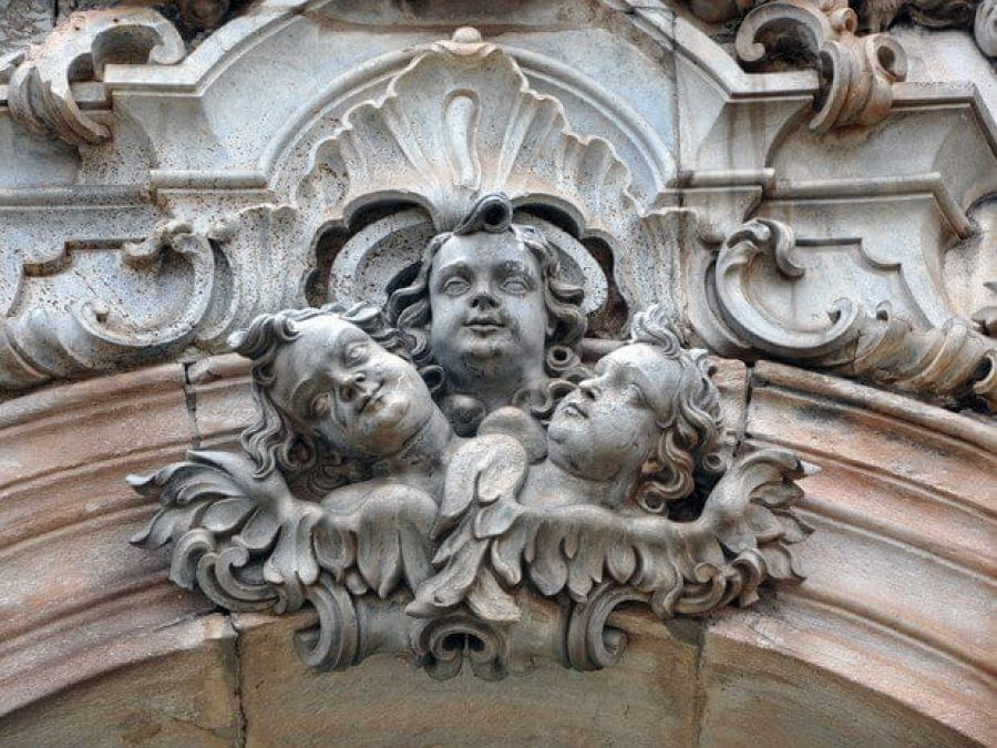 Anjos no frontispício da Igreja de São Francisco de Assis, esculpidos por Aleijadinho (Foto- Pedro Ângelo-G1)