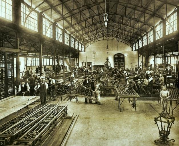 Oficina dos Ferreiros Artísticos do Liceu na Rua da Cantareira, c. 1910. Acervo do Liceu de Artes e Ofícios.- Acervo do Liceu de Artes e Ofícios de São Paulo.