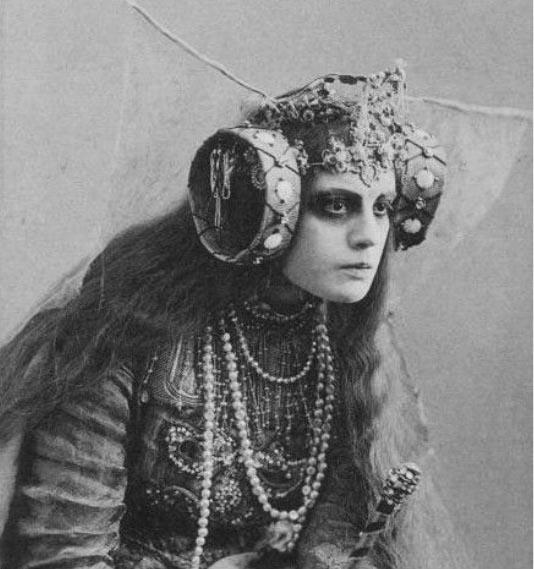 Elsa-von-Freytag-Loringhoven-Costume-and-Makeup-Detail