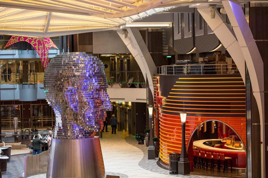 Head por David Cerny instalado no Royal Promenade no Harmony of the Seas