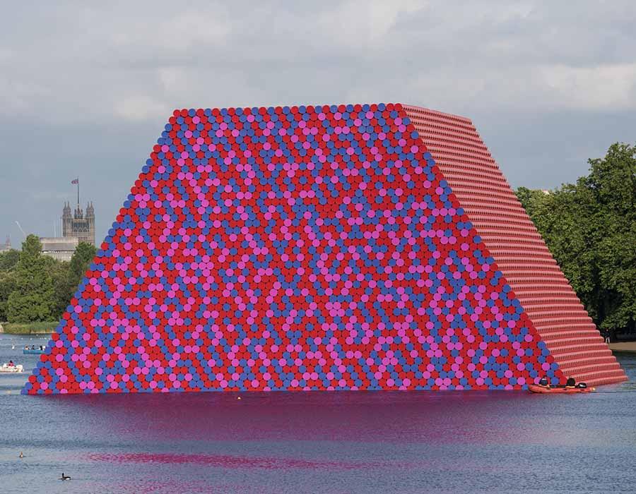 instalação; Christo em sua escultura flutuante feita de 7.506 barris (na London Serpentine)