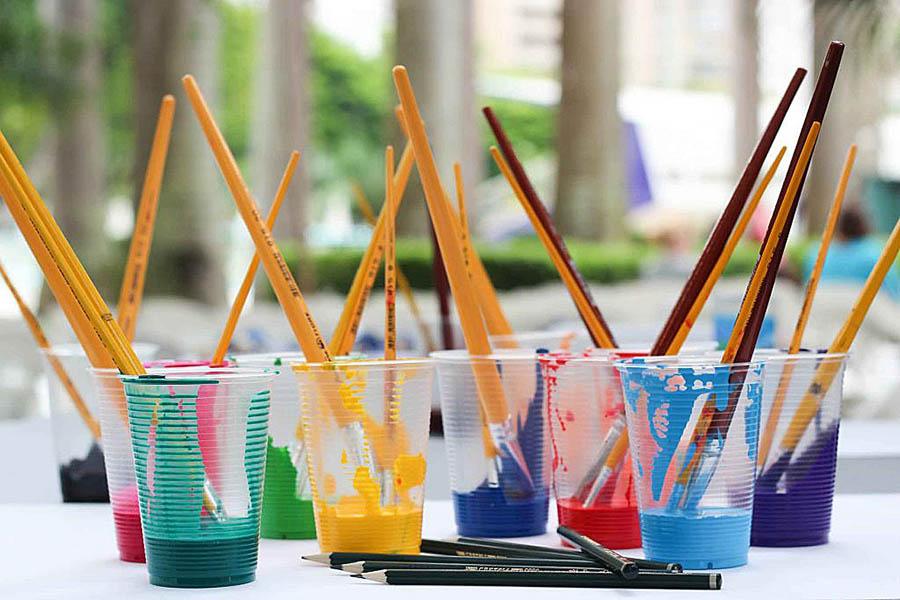 cores primárias; Tintas em copos
